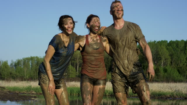 vídeos de stock e filmes b-roll de mud run friends - barro