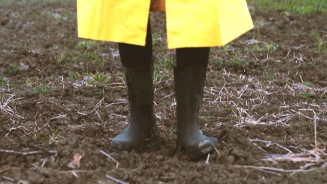 vídeos y material grabado en eventos de stock de botas de jardinería muddy - bieldo equipo agrícola