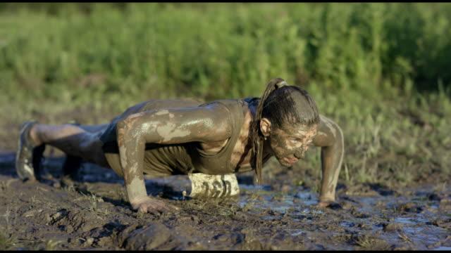 泥だらけの腕立て伏せ - 障害物コース点の映像素材/bロール