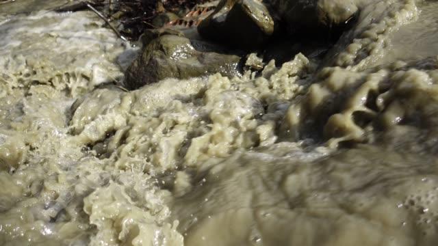 vídeos de stock, filmes e b-roll de água enlameada no rio que flui ràpida - marrom