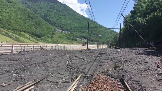 vídeos y material grabado en eventos de stock de mudslide caused by a storm has cut off the high speed tgv rail link between france and italy via modane - eslabón