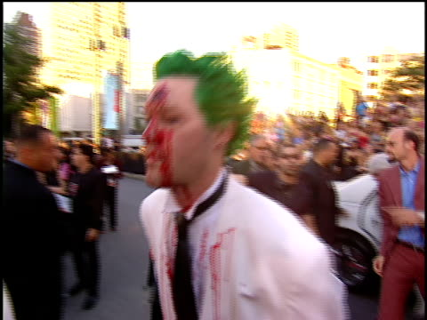 vidéos et rushes de mudvayne arriving to the 2001 mtv video music awards red carpet in white suits with bullet wounds in their heads. - style des années 2000