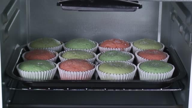 vídeos y material grabado en eventos de stock de bollos crecimiento en el horno - al horno