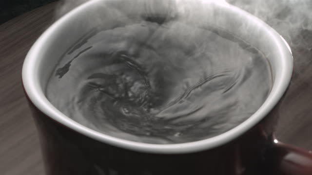 stockvideo's en b-roll-footage met cu mug of coffee - waterdamp