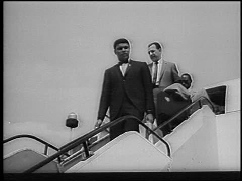 muhammad ali deplaning waving from stairs / london / newsreel - flugpassagier stock-videos und b-roll-filmmaterial