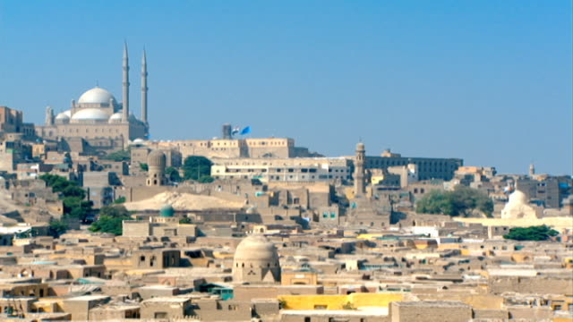 vídeos de stock, filmes e b-roll de muhammad ali mosque. situated in the citadel of cairo the mosque, also known as the alabaster mosque, looks over old cairo. - arcaico