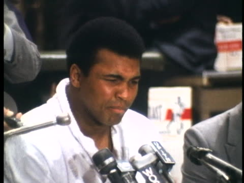 vídeos y material grabado en eventos de stock de muhammad ali runs down his opponent at a press conference before his championship fight with joe frazier. - 1971