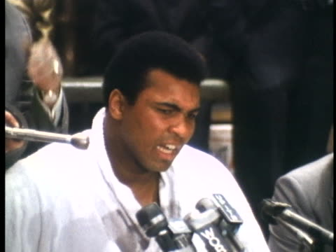 muhammad ali speaks of his skills at a press conference before his championship fight with joe frazier. - 1971年点の映像素材/bロール