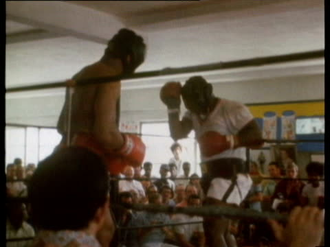 muhammad ali walking across miami street and entering chris dundee's 5th st. gym, sign / ali sparring and training for upcoming fight with joe... - 格闘技リング点の映像素材/bロール