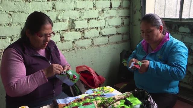 vídeos y material grabado en eventos de stock de mujeres desplazadas por el conflicto peruano de entre 1980 y 2000 narran en arpilleras las historias de violencia y esperanza que vivieron - narrar
