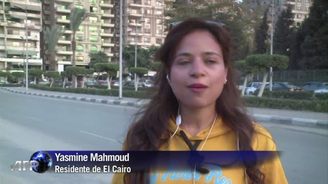 mujeres egipcias defienden su derecho a moverse en bicicleta por las transitadas calles de la ciudad pese al problema del acoso callejero - transporte bildbanksvideor och videomaterial från bakom kulisserna