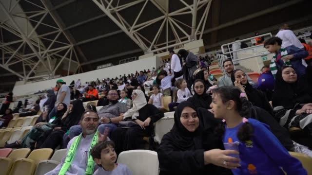 vídeos y material grabado en eventos de stock de mujeres sauditas asistieron el viernes a un partido de futbol por primera vez mientras el reino conservador levanta paulatinamente algunas de las... - jeddah