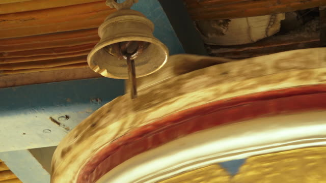 vídeos de stock e filmes b-roll de mulbekh monastery bell and the prayer wheel, india - sino
