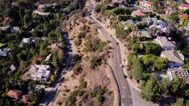 mulholland drive, beverly hills - luftaufnahme - beverly hills california stock-videos und b-roll-filmmaterial