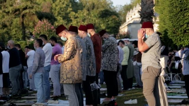 mulsim devotees take part in the eid al-adha prayers at hagia sophia grand mosque in istanbul, turkey, 31 july 2020. eid al-adha is the holiest of... - pilger stock-videos und b-roll-filmmaterial