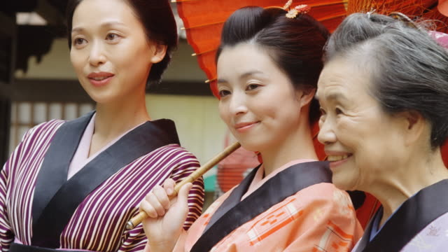 vidéos et rushes de mult-générationnelle groupe de femmes japonaises en costume de l'offre - style du xviiième siècle