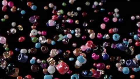 vídeos de stock, filmes e b-roll de contas multi coloridas no ar - conta artigo de armarinho
