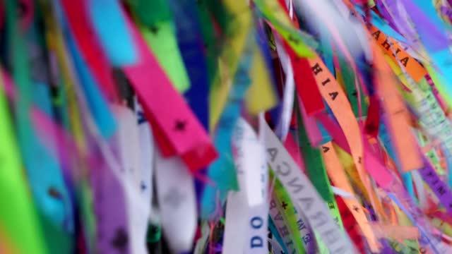 vídeos de stock, filmes e b-roll de fitas multicoloridas em salvador, bahia - cor vibrante