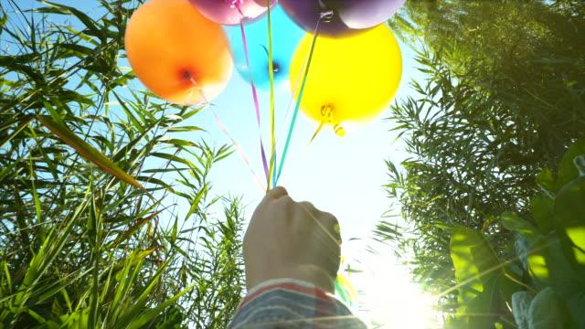 multi farbe ballons. - seeufer stock-videos und b-roll-filmmaterial