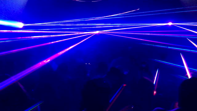 vídeos de stock, filmes e b-roll de multi laser colorida em festa de boate - evento de entretenimento