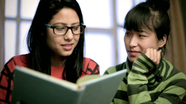 vídeos de stock e filmes b-roll de multi ethnic asian girls teaching and learning together. - olhar de lado