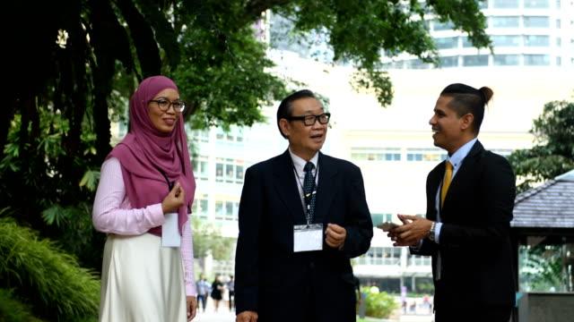 vídeos de stock, filmes e b-roll de equipe de negócios étnicos multi numa conferência - vestuário modesto