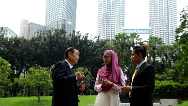 stockvideo's en b-roll-footage met multi-etnische business team op een conferentie - petronas twin towers