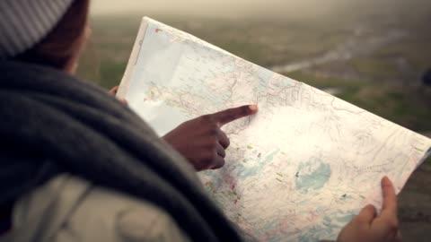 multi etniska par planerar resa med karta och kompass - kartografi bildbanksvideor och videomaterial från bakom kulisserna