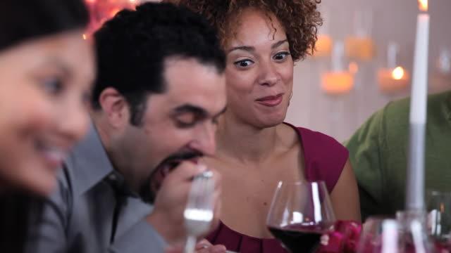 vídeos de stock, filmes e b-roll de cu pan multi ethnic group of adults eating together at christmas dinner party / richmond, virginia, usa - garfo