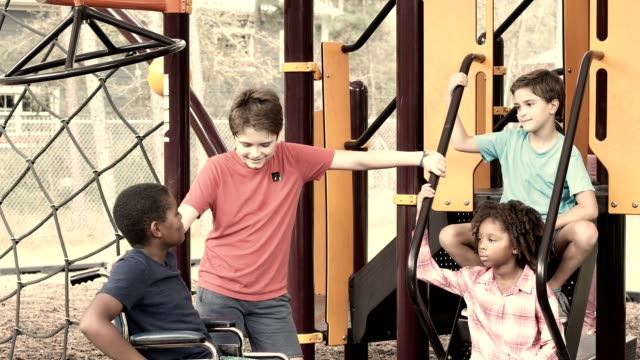Multi etnische groep van school kinderen spelen op het schoolplein.