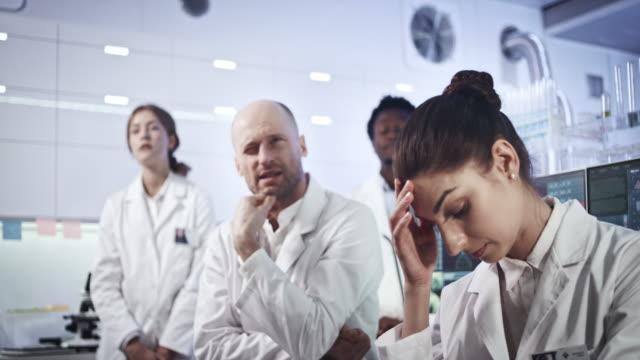 研究成果で壊滅的な被害を受けた多民族研究室チーム - 憂鬱点の映像素材/bロール