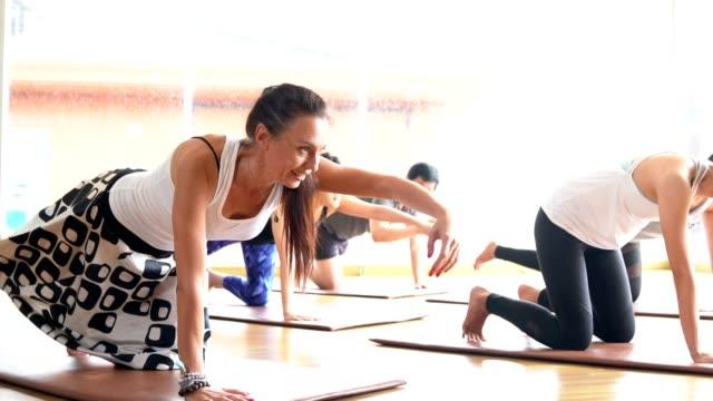 vídeos y material grabado en eventos de stock de multi étnico gente practicar clases de yoga dirigido por maestro de yoga - instructor oficio