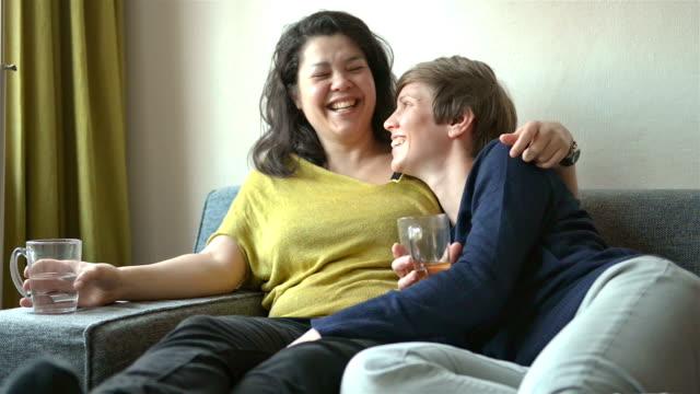 vídeos y material grabado en eventos de stock de multi étnica pareja lesbiana de la vida real - 30 39 años