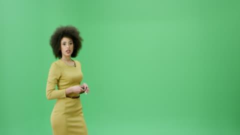 multi-ethnischen frau mit lockiges schwarzes haar, präsentieren die wettervorhersage - zeigen stock-videos und b-roll-filmmaterial