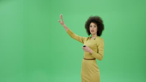 multi-ethnischen frau mit lockigen haaren präsentiert das wetter und prognosen - zeigen stock-videos und b-roll-filmmaterial