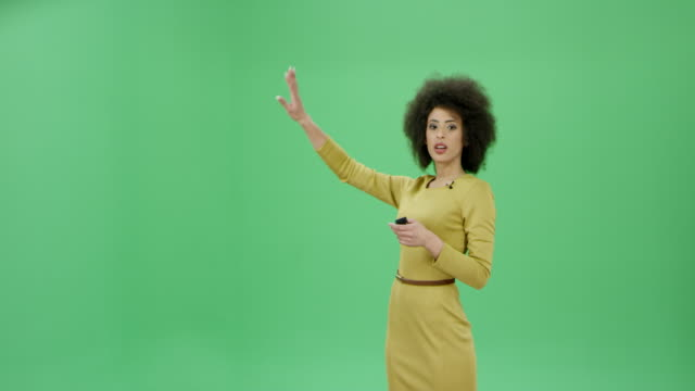 vídeos de stock e filmes b-roll de multi ethnic woman with curly hair presenting the weather conditions and forecasts - chroma key