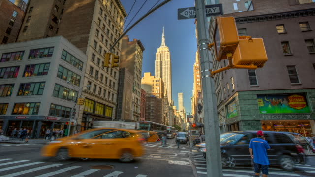 stockvideo's en b-roll-footage met multi blootstelling van verkeer in doorsnede empire state building - gele taxi