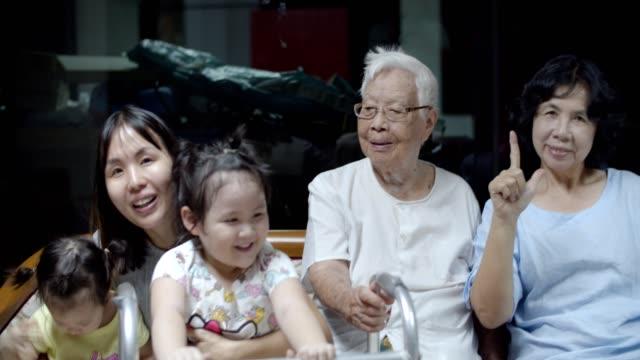 multi-generationen-familie zu hause - großeltern stock-videos und b-roll-filmmaterial