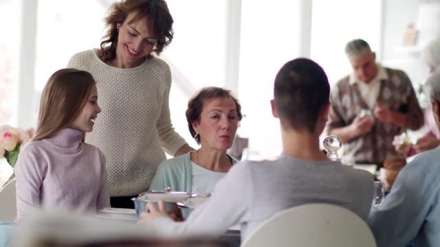 mehrgenerationenfamilie am esstisch - gast stock-videos und b-roll-filmmaterial