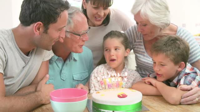 Multi-Generationen-Familie Tochter Geburtstag zu feiern