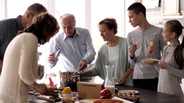 vídeos de stock e filmes b-roll de multi generation family in the kitchen - irmãos