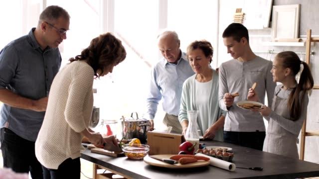 vidéos et rushes de famille multi-génération dans la cuisine - famille multi générations