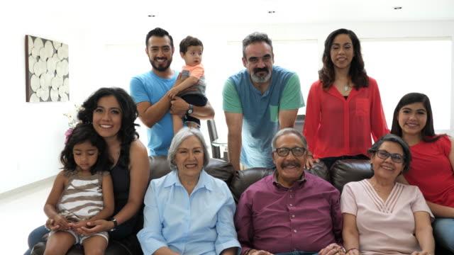 mehrgenerationenfamilie lateinamerikanische familie mit familie zu hause - mexikanischer abstammung stock-videos und b-roll-filmmaterial