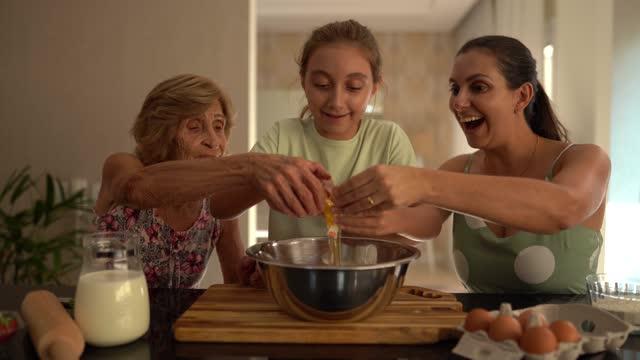 famiglia multigenerazionale che cuoce insieme a casa - ricetta video stock e b–roll