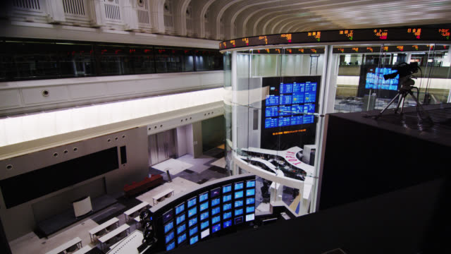 ms multi monitor screens of the trading floor and the visitors gallery at the back / tokyo, tokyo-to, japan - trading screen stock videos & royalty-free footage