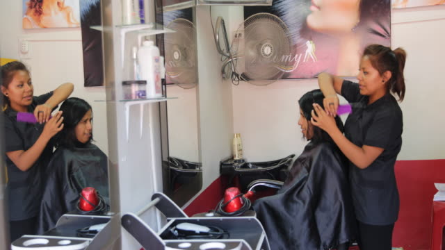vídeos de stock, filmes e b-roll de multiclip of a hairdresser who is cutting the hair of a woman at a hair salon in piura peru - classified ad