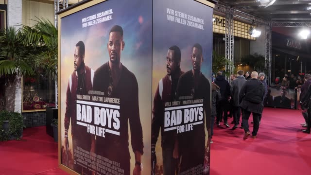"""multiclip with will smith signing autographs in front of the main entrance and film posters are displayed at the berlin premiere of the movie """"bad... - autogramm stock-videos und b-roll-filmmaterial"""