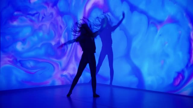 mehrfarbiger hintergrund projektion auf eine tänzerin - kreativität stock-videos und b-roll-filmmaterial