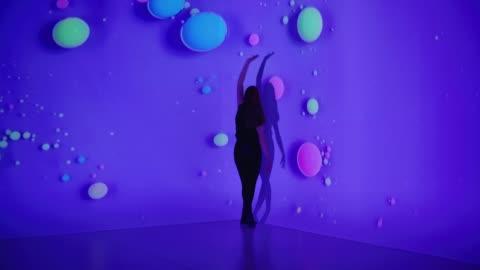 vídeos y material grabado en eventos de stock de proyección de fondo multicolor con una bailarina - realidad aumentada espacial