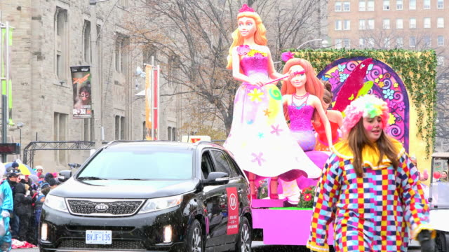 vidéos et rushes de multicolor float with a fairy tale theme. the parade is a city tradition dating back more than a century. the celebration event is held annually on... - char de défilé